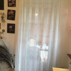 gardin 3 faner   Gennemsigtigt gardin hvidt med guld firkanter i.   3 faner. Hver fane måler 146 i bredden x 224 længden. Så der er 438 meter gardin   Sælges samlet   har mobilepay bytter ikke  prisen er fast  kan sendes for købers regning   pris 200 kr