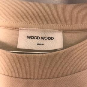 - Wood Wood sweatshirt, str m - Gået meget lidt med, og sælges fordi jeg ikke får den brugt