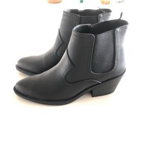 Fede sorte støvler, aldrig gået med og er i butikkerne nu til 249,-  Se også mine øvrige annoncer - mængderabat gives!