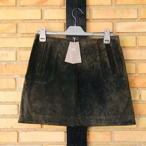 Super fin og ubrugt nederdel i ruskind. Købt sidste år. Sælger da den er for stor til mig. Er en 40, men passer nærmere en str 38. Nypris var 599kr