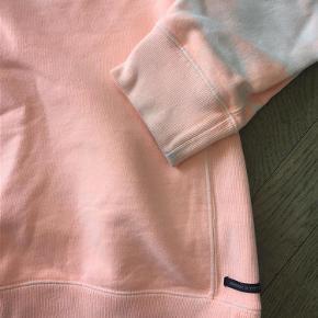 Varetype: Hættetrøje Farve: Se foto Prisen angivet er inklusiv forsendelse.