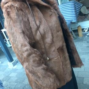 Sælger min lækre pels jakke da jeg desværre ikke har fået den brugt Str 42 2000kr Med lommer foran og hætte