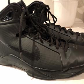 Fede basketstøvler, i fin stand, men en anelse slidt i snuden  Modellen hedder hyper Donk   Ny pris 1200