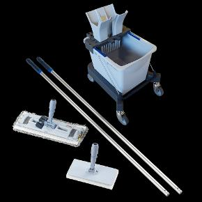 Vaskesæt, Dinesen  Vil du også gerne have gode redskaber, når du skal vaske gulv? ...  Så er det er komplettet gulvvaskesæt fra danske Dinesen (i samarbejde med Vlleda) i topprofessionel kvalitet måske lige noget for dig? ...  Dinesens anbefalede vaskesæt, nøje sammensat til rengøring og pleje af trægulve. Moppen kan anvendes til almindelig gulvvask, eller til aftørring efter gulvet er blevet skrubbet.  Nypris: 1.250 kr  Nyt/aldrig brugt/fremstår i sagens natur perfekt. Sælges til KUN 1/2 pris.  Den medfølgende vejledning giver en udførlig introduktion til anvendelsen af de enkelte dele i vaskesættet.  https://www.dinesen.com/da/shop/dinesen-vaskesaet/c-26/p-128