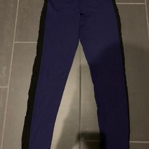 Mørkeblå 3/4 leggings med sort stribe ned langs benet. Fra Masai str s men passer også en m.  Køber betaler Porto.