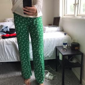 Grønne blomstret løse bukser fra New Look Str. S Brugt en gang og er derfor som ny Køber betaler fragt Mp 150 kr