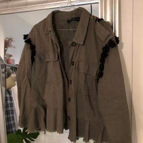 Armygrøn jakke fra Zara med smukke broderinger på ryggen. Der er en del mangler omme på ryggen, men ikke noget man lægger mærke til. BYD gerne