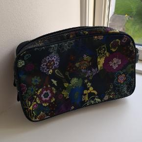 Rummelig toilet taske i Blomstret mønster. Kan både rumme toiletsager samt noget maler up. Pæn stand.  ▪️Sender gerne/køber betaler porto ▪️Returnerer ikke ▪️Handel via TS eller mobilepay