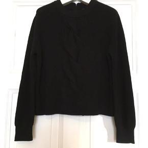 Fin sweater i 100% uld fra Cos. Kun brugt sparsomt og i god stand uden huller, pletter, fnuller eller lign. Brystmål: 53 cm på tværs fra armhule til armhule (dvs. 106 cm hele vejen rundt+ strech) Længde: 55 cm fra nakken og ned.  Varetype: mørkeblå uld sweater strik bluse wool klassisk rib Mørkeblå navy