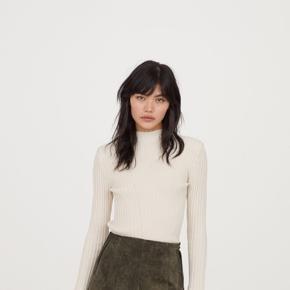 Sort ruskinds nederdel fra H&M, flot kvalitet og god længde til sommer, forår, efter eller vinter. Jeg sælger den i sort i str. 40 (M/L)  Mål: Længde: 43 cm Livvidde: 41 cm  Respekter venligst at køber betaler porto samt gebyr ved tspay.