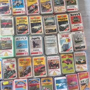 Spillekort som var en dille i 60'-70'erne.  Alle i fin og velholdt stand.  Alle med æsker og har alm årtiers brugsmærker/spor.  Der er 32 kort og forside i hvert kortspil (undtagen hverdagsfly hvor der ikke er forside).  Pris 50,- pr æske/pakke
