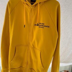 Sælger denne gule Peak Performance hoodie. Har fået den i gave men har ikke rigtig brugt den.  Skriv for flere billeder eller lign. Den fitter nærmere en L end XL.  Pris fra ny: 1200kr Køb nu!: 500