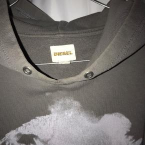 Diesel hoodie i et washed look. Brugstegn fremgår af billederne, byd gerne