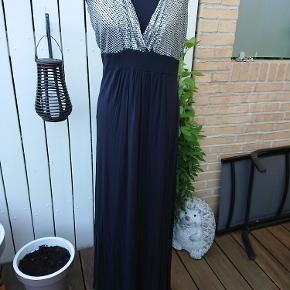 Units maxi kjole med elastik over ryggen, der mangler lidt palietter. Porto 37kr med dao.
