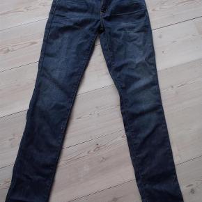 Varetype: Jeans cowboybukser bukser Størrelse: 25/32 Farve: Denim Oprindelig købspris: 799 kr.  Sender med DAO. Gået med ½ eftermiddag, ellers ikke. Aldrig vasket. Handler gerne mobilepay.. Indvendig benlængde ca. 77 cm og livvidde ca. 2*36 cm.