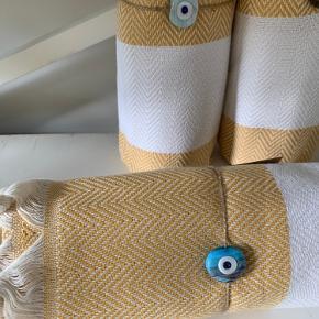 Brand: Hamam Hammam Hamman  Cirka 100x175 cm  De vævede, tyrkiske hammam-håndklæder er lavet af 100% tyrkisk bomuld. De er super bløde og næsten silkeagtige at røre ved. Den stramme, flade vævning gør dem meget absorberende, lette og hurtigt tørrende.  Brug som badehåndklæde på rejsen eller i spaen. De fine mønstre gør håndklæderne super smukke at bruge som sarong, tørklæde, babyslynge, tæppe eller meget andet. 149 pr stk. Plus Porto 37 kr pr pakke☺️