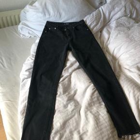 Mom jeans fra Boohoo med slid nede i bunden. Bukserne er stort set ikke brugte ☺️🥰