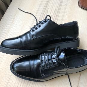 Laksko i sort. Små brugstegn foran på skoene, men ikke mere end hvad man kan se på billederne 😊 true to size.   Se gerne mine andre annoncer af tøj 💕 📍Århus