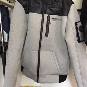 65ec680b1ce Aldrig brugt og i rigtig god stand, intet galt med jakken BYD gerne