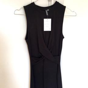 Ny kjole med prismærke, draperet foran. Sidder som ens form, og bodycon. Er str xxs men passer en str xs fint. Strækbart stof. Np 130kr.