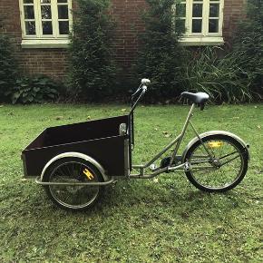 Som billederne viser, er det en Christiania cykel, hvilket medfører, at én person kan cykle og samtidig transportere enten mennesker eller genstande i ladet foran. Der er 5 gear på cyklen. Cyklen har en stor og kraftig ringeklokke. På siden af cyklen er der et bakspejl.