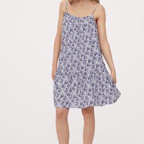 Kort, vid kjole i vævet viskosekvalitet. Kjolen har kort flæsekant og smal elastik foroven, samt smalle justerbare skulderstropper. Kjolen er kun prøvet på og derfor ny.  Afhentes i Roskilde eller sendes med DAO på købers regning☀️🌸
