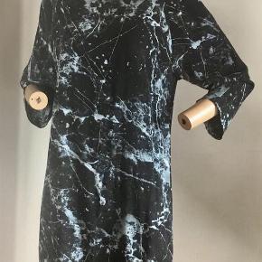 Smuk kjole med 3/4 ærmer, rund hals og synlig lynlås i ryggen. Mærket i nakken er klippet ud da det generede - husker ikke mærke og prisen er efter hukommelsen :) Lille str 42. Brugt og silkevasket en enkelt gang. Farve: Sort - lyseblå Oprindelig købspris: 550 kr. Sender gerne på købers regning : DAO 39,-