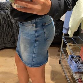 Fed tætsiddende og alligevel elastisk nederdel fra Tommy Hilfiger. Sidder mega godt! Str S🥰.