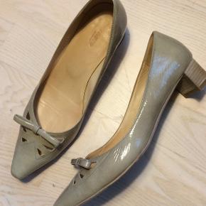 Flotte klassiske pumps fra Lloyd i patent læder i beige med flotte detaljer . Kun brugt 2 gange. Ligger stadig i æske.  Nypris: 1299 DKK
