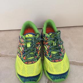 Varetype: Sneakers Størrelse: 34 1/2 Farve: Gul  Smart løbesko. Brugt ganske få gange og kun indendørs. Fremstår som nye.   Handler mobilpay ved ts betaler køber gebyr