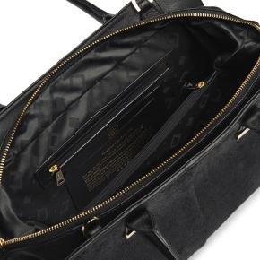 Det er en flot taske, som bliver solgt billigt, da jeg har fået en anden taske, Længde= 33 cm. Højde 27 cm. Brede 15 cm. OPS!!! Der er en lille plet uden hår på bagsiden, cirka 3 cm lang