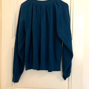 Flot bluse - aldrig brugt! Mangler dog pris- og materialemærket.  Længde ca. 60 cm.  Brystbredde ca. 59 cm.  Bytter ikke!