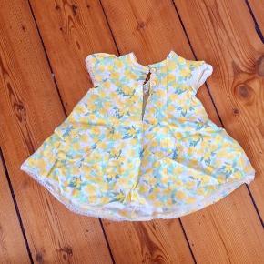 Meget fin hjemmesyede kjole i smukt stof.