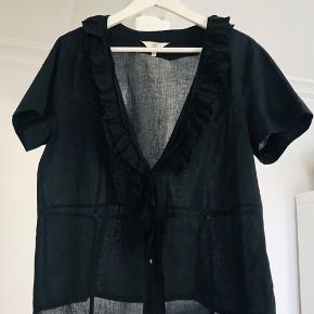 Så fin skjorte med flæsekant i en klædelig udskæring. Tynd behagelige bomuld.  Brugt og vasket 2 x.