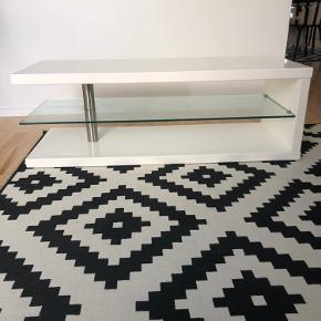 Super velholdt tv-bord fra Ilva i højglans med glashylde. Bredde 120cm, højde 40cm og dybde 45cm