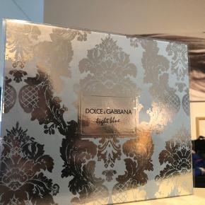 Gaveæske fra Dolce Gabanna. Prisen er fast!  Dolce & Gabbana Light Blue Pour Femme EDT & Body Cream Gift Set (Limited Edition) er en skøn gaveæske til den harmoniske kvinde, der gerne vil dufte helt fantastisk, uden at det bliver for meget. Denne forfriskende æske indeholder både en parfume, og en bodylotion i samme serie, så du giver kommer til at give et perfekt helhedsindtryk. Forkæl dig selv eller en du holder af med en luksus æske, der helt sikkert giver en let og opløftet fornemmelse.  Sættet indeholder:  1 stk. Dolce & Gabbana Light Blue Femme EDT 25 ml 1 stk. Dolce & Gabbana Light Blue Body Cream 50 ml