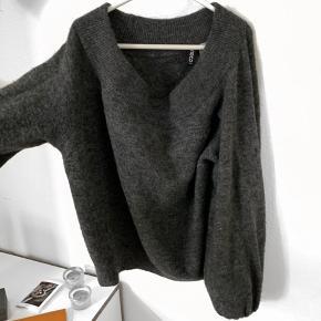 Sælger denne off shoulder trøje fra hm.  Den er str xs, kan også passes af s.  Np 250kr mp 100kr