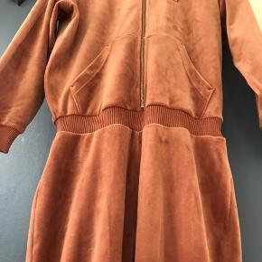 Str. 12 - buksedragt i lækreste tykke velour, med lidt vidde nederst i bukseben. nypris 1000 kr. Brugt 2 gange.