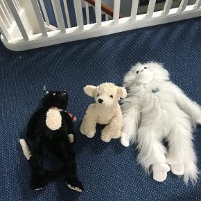 Kvalitets bamser sælges fra ikke ryger hjem. De har mest været til pynt eller pakket ned. De koster 50 kr. pr stk. Den sorte er en kat. Den i midten en hund og den store hvide en abe. Kan sendes for købers regning.