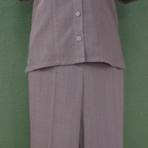 Lækkert og ubrugt gråt sæt med skjorte og capri bukser fra danske Brandtex. Skjorten har korte ærmer og bukserne opslag. Lommer på jakke og lommeklapper på bukser er forsynet med fine broderier. Materiale 100% polyester.  Str. 34, passer en brystvidde på ca. 84-86 cm, en taljevidde på ca. 72 cm og en hoftevidde på ca. 92-94 cm. Indvendig buksebenslængde 61 cm, og udvendig sidelængde 85 cm.  Sættet er opbevaret korrekt, røgfrit og fremstår nyt.  Sender som MyPack Collect tracebar pakke med Postnord for 35kr. Betaling med Mobilepay.