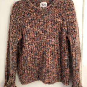 Lækker sweater fra second female, jinny knit i farven chai. Brugt et par gange. 65% mohair.
