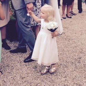 Den fineste lille brudepigekjole str. 3 år. Blev specialsyet til vores datter, som brugte str. 92-98 i tøj. Er nyrenset og fuldstændig som ny.