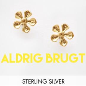 Fine blomster-ørestikkere fra det amerikanske mærke Dogeared. Forgyldt Sterling sølv. Aldrig brugt. Den lille æske på det sidste billede følger med.  Np. 380kr. Bud modtages gerne
