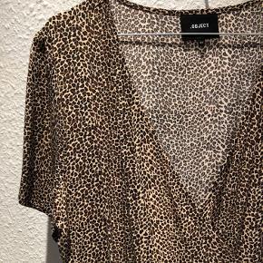 Leopard slå-om kjole, lang med korte ærmer.