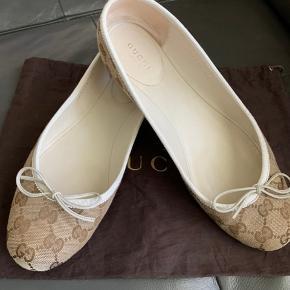 Gucci original GG canvas ballerinaer i beige/brun  farve.  Str 39, passer i str. og til lidt en bred fod. Brugt ikke ret meget , Max 4-5 gange. Jeg har ingen kvittering længere, dust bag er med.