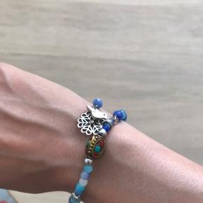 Festligt armbånd, perfekt til at pifte en kedelig hverdag op. 💃🏼💖 Find flere skønne armbånd på min profil.