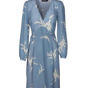 Smukkeste kjole fra Realisation Par,  Sælges da jeg ikke får den brugt. Har været på nogle gange- og har enkelte brugsspor - Og kunne sagtens bruge en rens. Derfor den lave pris :-)
