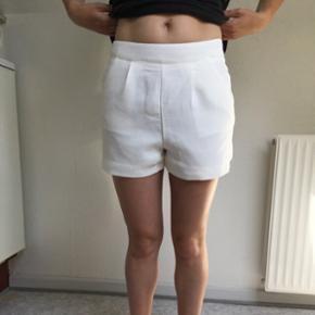 Søde lyse shorts fra Amisu i str. 36. Brugt få gange, så fremstår i pæn stand. Kan hentes i Nørresundby eller sendes på købers regning.