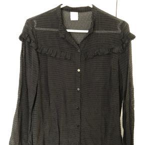 Billedet snyder. Skjorten er kul sort.  Brystvidde 47x2 cm Længde 61 cm Materiale 40 silke + 60 viskose