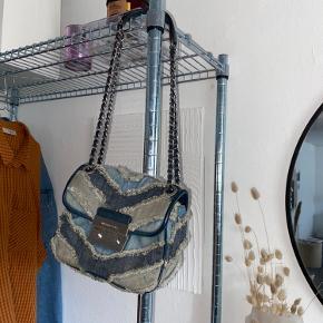 LIMITED edition Michael Kors taske i denim. Selve tasken er brugt meget, men den er stadig i rigtig fin stand. Tasken kan bruges både som crossbody og skuldertaske.   Måler 21x17x7  Skriv endelig ved spørgsmål 💞
